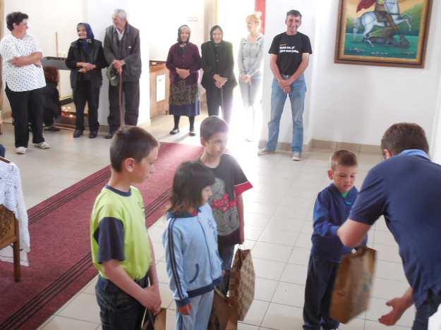 Podela Vaskršnjih paketića deci u Peuljama