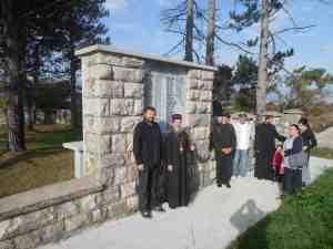 Епископ Атанасије приликом обиласка спомен-гробља на Барјаку 2014. године